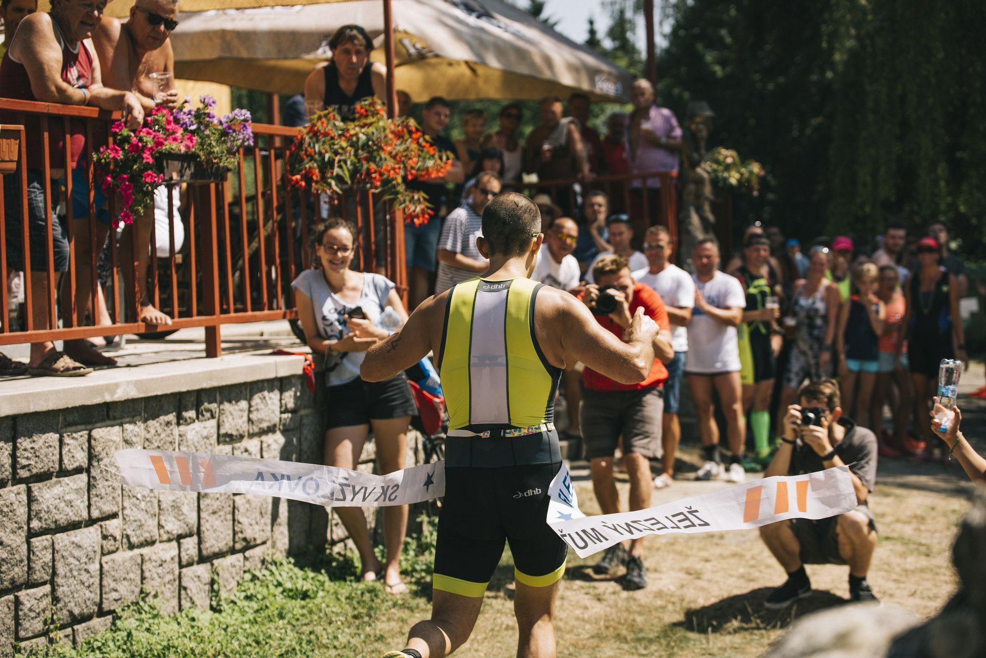 Závod plný novinek ovládli staří známí závodníci